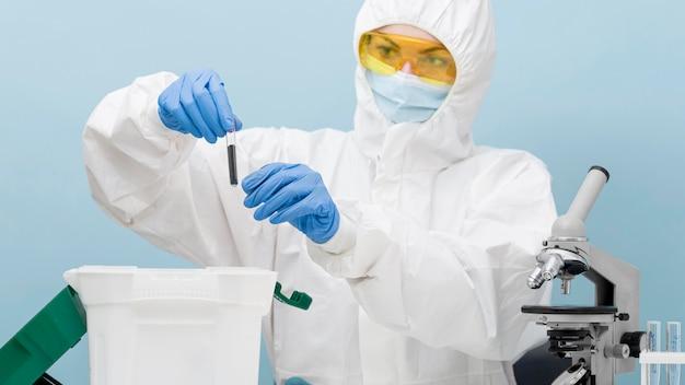 Wetenschapper die een experiment in een laboratorium doet