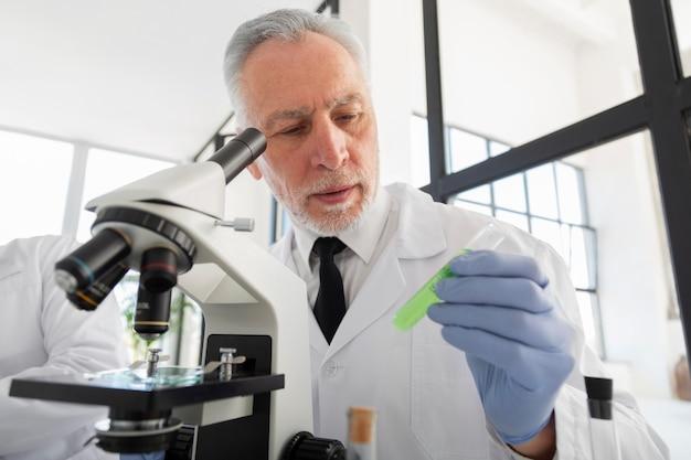 Wetenschapper die flesje middelgroot schot houdt