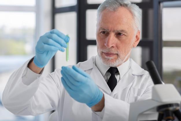 Wetenschapper die handschoenen middelgroot schot draagt
