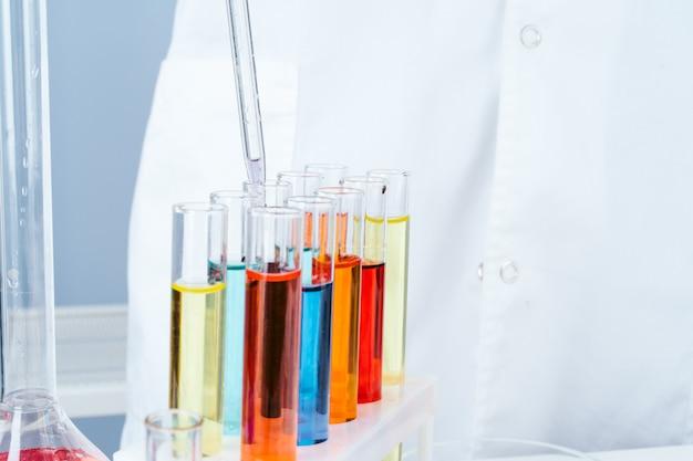 Wetenschapper die met chemische steekproeven in laboratorium dicht omhoog werkt