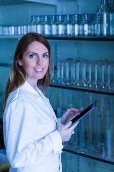 Wetenschapper die met een tablet in laboratorium werkt