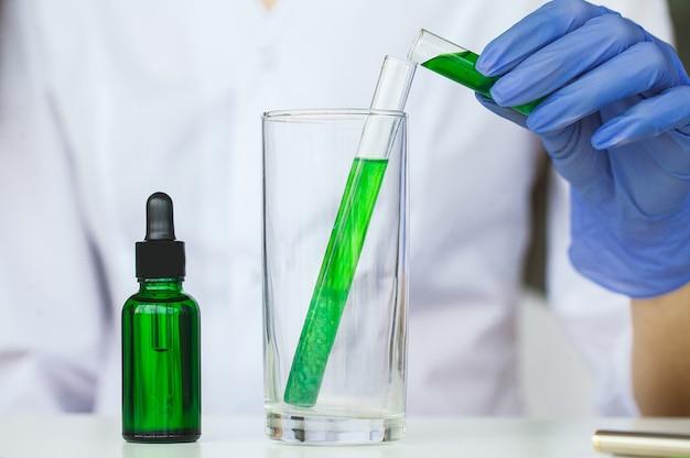 Wetenschapper die schoonheidsproducten test