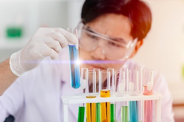 Wetenschapper die succesvolle reageerbuis van de chemische wetenschap bekijkt