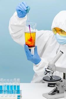 Wetenschapper die verschillende stoffen mengt