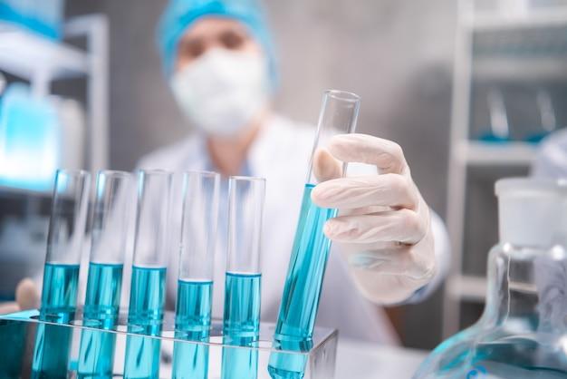 Wetenschapper die werkt met wetenschappelijke apparatuur in laboratoriumwetenschappelijke onderzoeksterm voor geneeskunde door chemie, biologie en biotechnologie, chemicus die werkt in medische experimenttest voor ziekenhuis