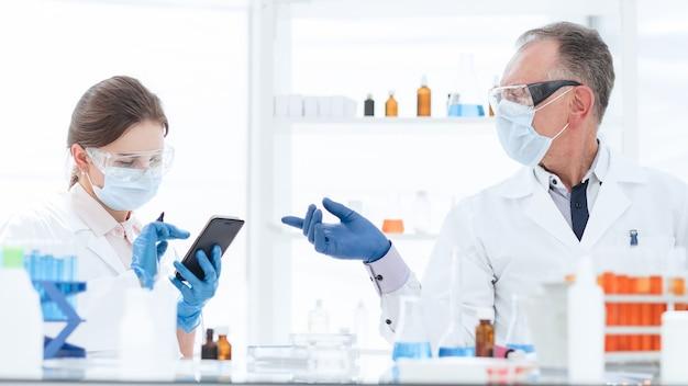 Wetenschapper en een laboratoriumassistent werken in een medisch laboratorium