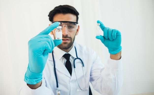 Wetenschapper in laboratorium met flesje vaccin in laboratorium