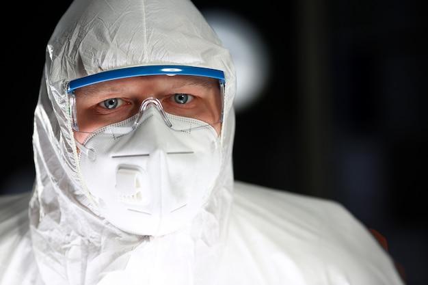Wetenschapper man aan het werk steriel laboratoriumportret