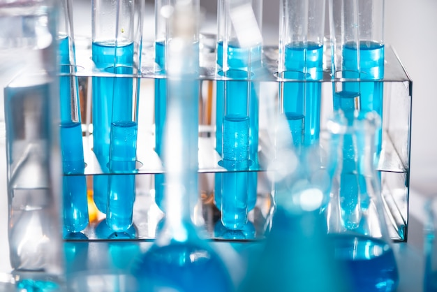 Wetenschapper met apparatuur en wetenschappelijke experimenten, laboratoriumglaswerk dat chemische vloeistof bevat voor het ontwerpen of decoreren van wetenschap of andere uw inhoud en selectieve focus