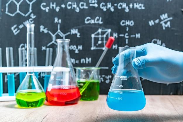 Wetenschapper met apparatuur en wetenschappelijke experimenten