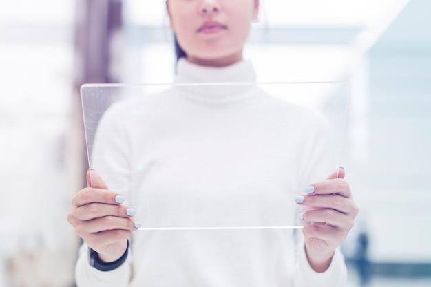 Wetenschapper met behulp van transparante tablet geavanceerde technologie innovatie digitale remix