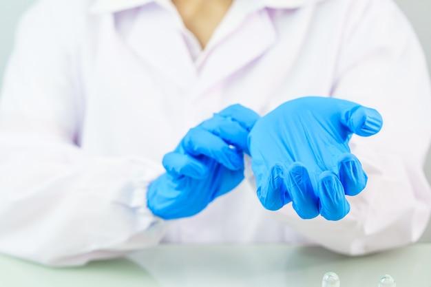 Wetenschapper nitril handschoenen aantrekken