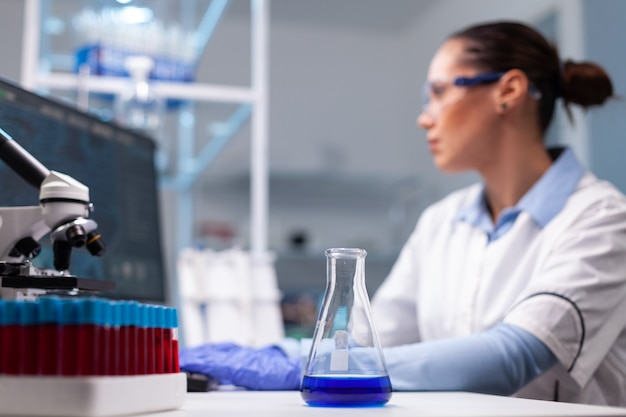 Wetenschapper-onderzoeker vrouw typt farmaceutische innovatieresultaten van vaccins