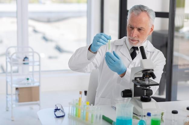 Wetenschapper op het werk middelgroot schot
