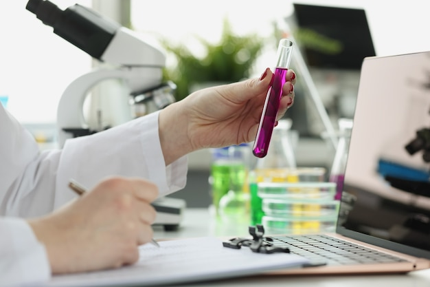 Wetenschapper registreert ontvangst van chemisch onderzoek in laboratoriumwetenschap of medisch onderzoek en