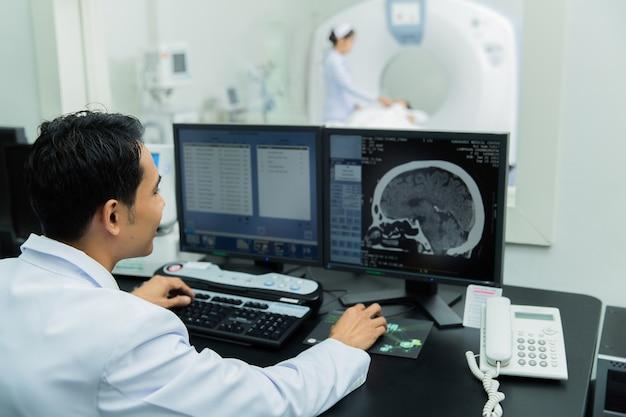 Wetenschapper scannen van de hersenen ct-scan