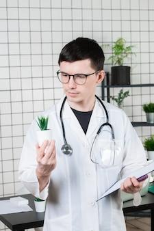 Wetenschapper voert experimenten uit met een groene plant