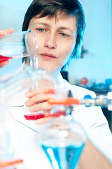 Wetenschapper werkt in een chemisch laboratorium