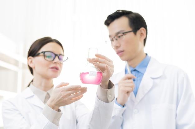 Wetenschappers analyseren chemische reactie