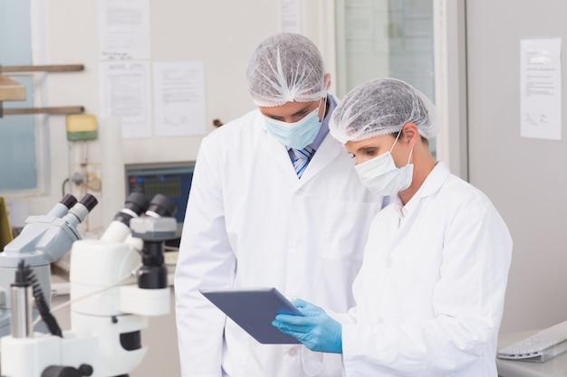 Wetenschappers die tablet gebruiken
