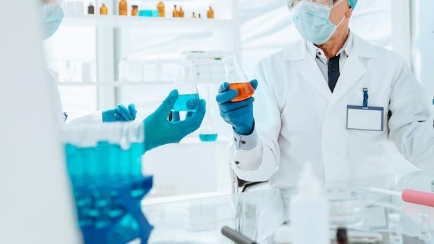 Wetenschappers en artsen werken in een modern laboratorium. wetenschap en gezondheid.