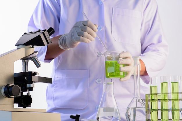 Wetenschappers en wetenschappelijke apparatuur in het laboratorium, laboratoriumonderzoek concept