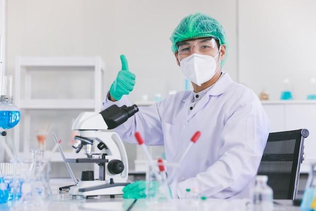 Wetenschappers in beschermende pakken in een wetenschappelijk laboratorium bestuderen een virus