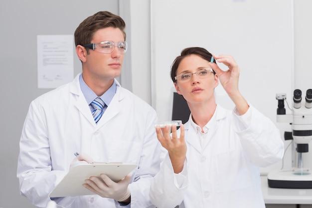 Wetenschappers kijken aandachtig naar de pil