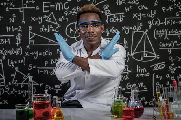 Wetenschappers maken gekruiste handen en stress in het laboratorium