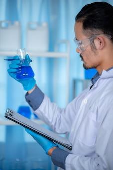 Wetenschappers registreren gegevens en analyseren de resultaten van laboratoriumonderzoeken.