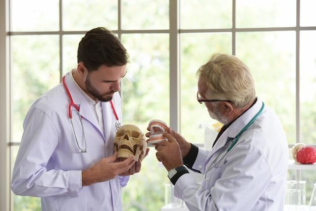Wetenschappers werken in science labs