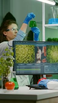 Wetenschappervrouw die microbiologische expertise typt op de computer voor wetenschappelijk landbouwexperiment