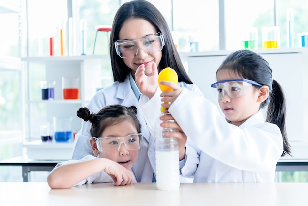 Wetenschapsleraar experimenten voor studenten.