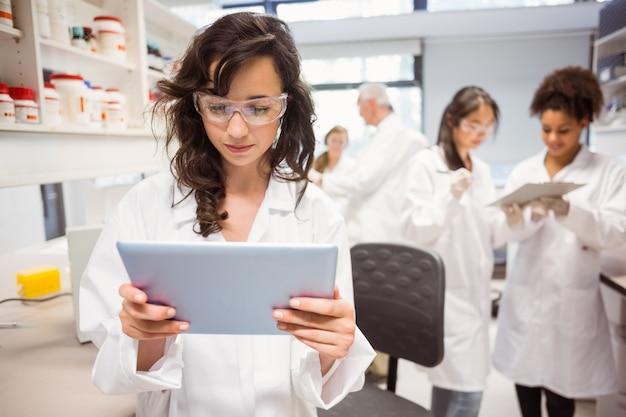 Wetenschapsstudent die tabletpc bekijken