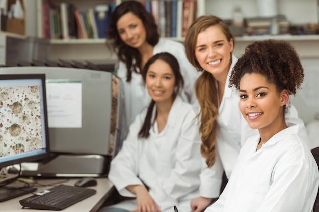Wetenschapsstudenten die bij camera glimlachen