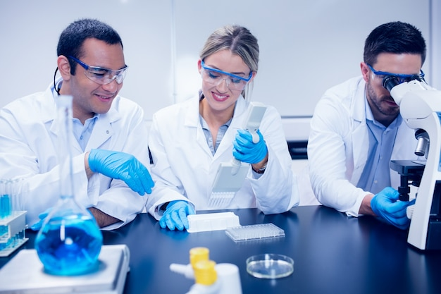 Wetenschapsstudenten die in het laboratorium samenwerken