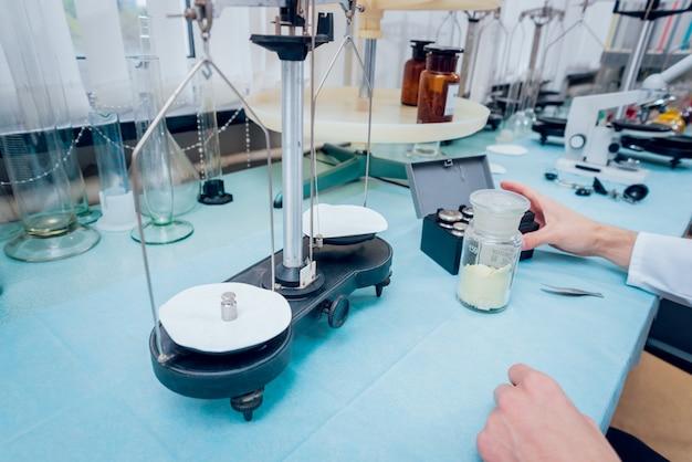 Wetenschapstechnicus aan het werk in het laboratorium.