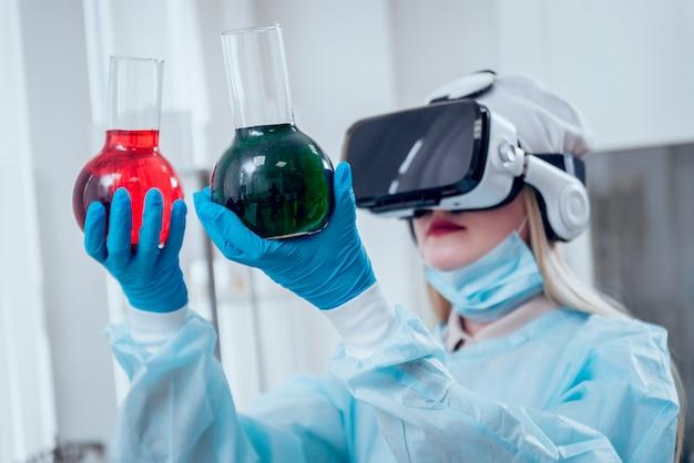 Wetenschapstechnicus in virtual reality-bril onderzoekt het medicijn in laboratorium.