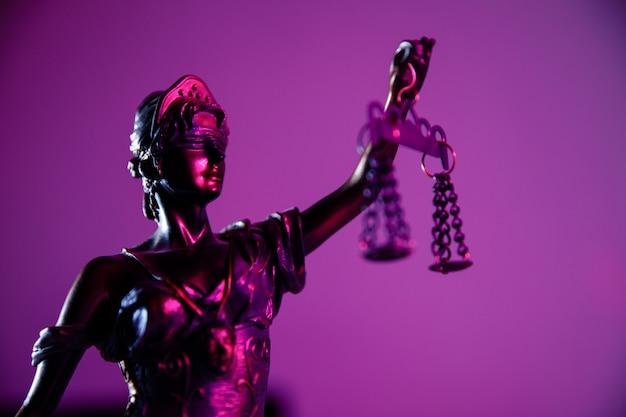 Wetsconcept. vrouwe van justitie met weegschaal en zwaard in notariskantoor.