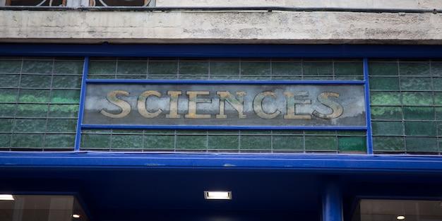 Wetstekst geschreven boven op een deur van een onderzoeks- of studiegebouw