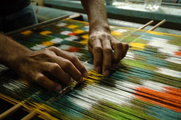 Weven en vervaardigen van handgemaakte tapijten close-up