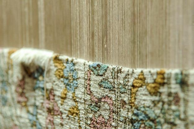 Weven en vervaardigen van handgemaakte tapijten. tapijt in de maak
