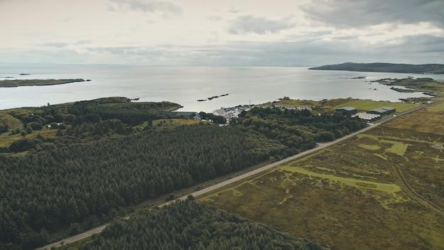 Whisky distilleerderij magazijn aan zee baai groen bos bij zeegezicht niemand natuur landschap landelijk