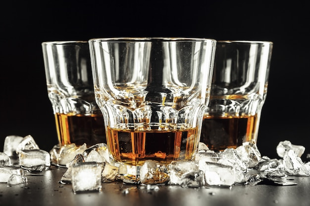 Whisky en ijs op rustiek hout