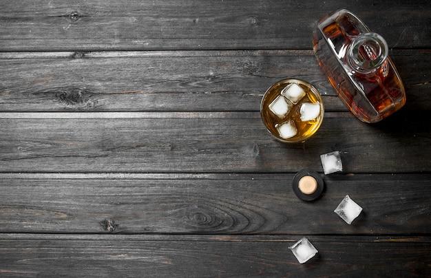 Whisky in een fles met ijsblokjes.