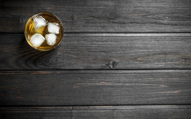 Whisky in een glas met ijsblokjes.
