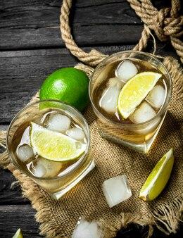 Whisky in een glas met limoen en ijs op de zak.