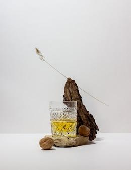 Whisky in een glas op een witte tafel. alcoholische dranken. bar.