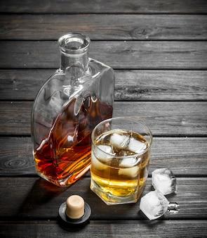 Whisky in een glazen fles en een glas.