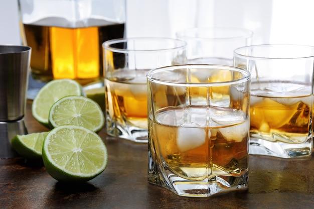 Whisky met ginger ale en limoen